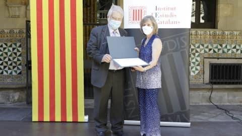 Núria Castell, recollint premi IEC